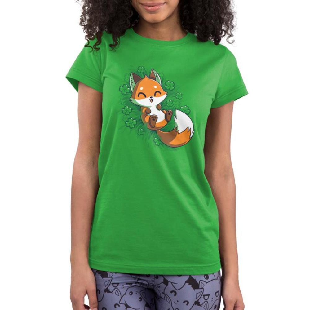 Lucky Fox Juniors T-shirt model TeeTurtle green t-shirt featuring an orange fox lying in a field of four leaf clovers